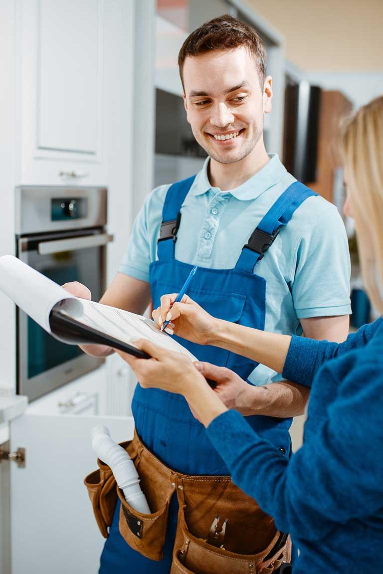 Klempner und Kundin in der Küche