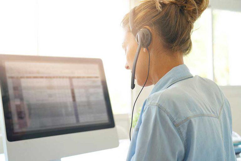 Kundendienstmitarbeiter, der im Büro telefoniert